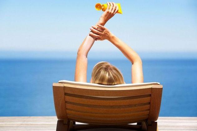 чтобы избежать появления родинок после загара нужно пользоваться солнцезащитными кремами