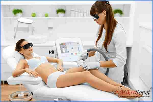 Девушка лежит на процедуре лазерной эпиляции