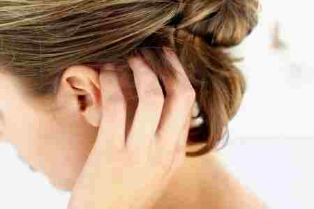 женщина чешет голову