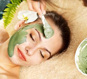 Нанесение зеленой маски на лицо